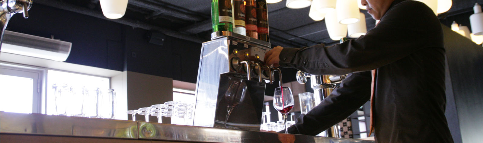 wijn inschenken met tapinstallatie